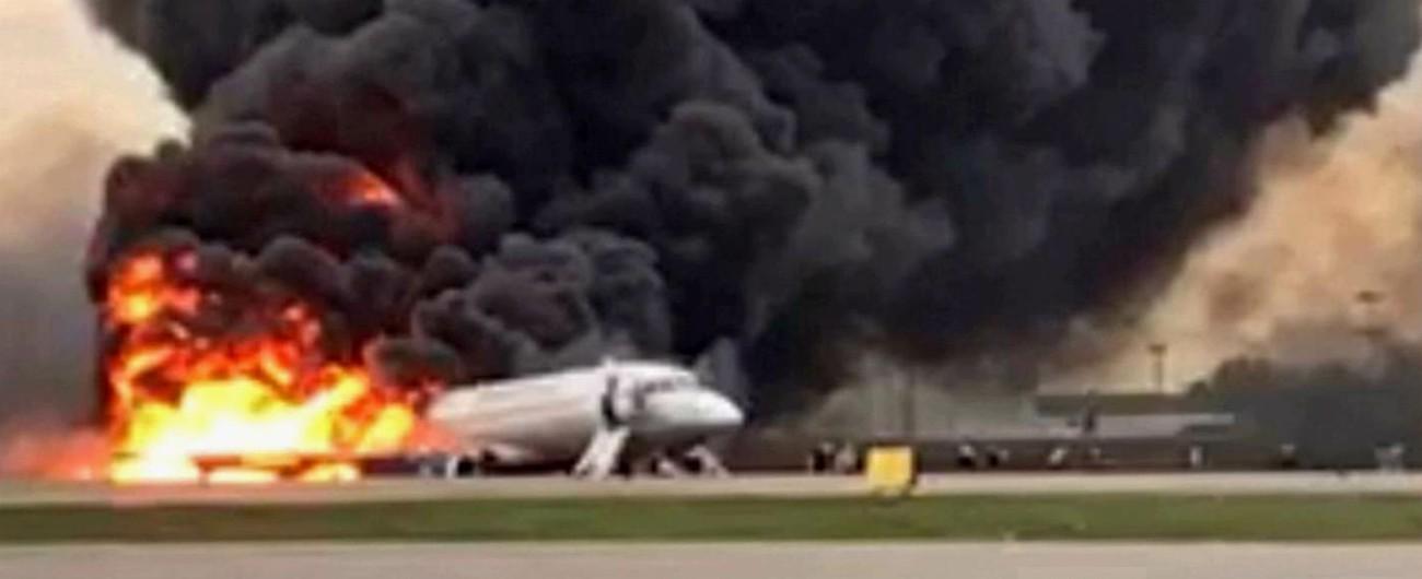 Mosca, aereo di linea va a fuoco durante un atterraggio di emergenza: 41 morti