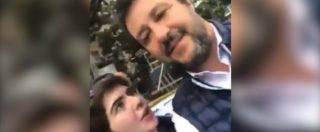 """Finge di fare il selfie con Salvini, poi: """"Non siamo più terroni di m***?"""". Lui si arrabbia e fa intervenire la digos"""