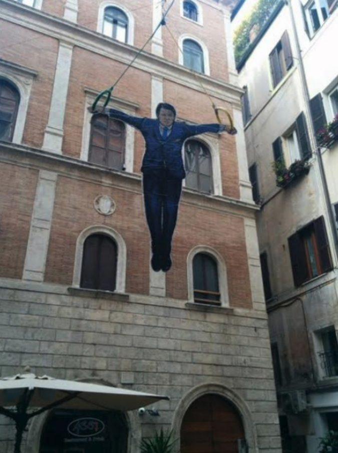 Conte in equilibrio sugli anelli nel centro di Roma: l'opera di street art subito rimossa