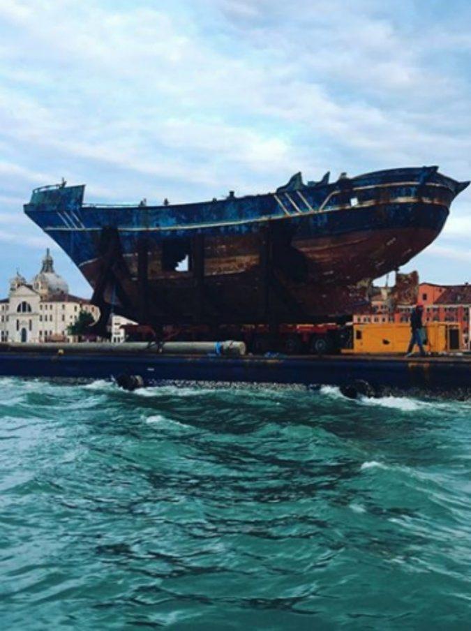 Venezia, per la Biennale arriva il relitto del barcone dove morirono 800 migranti