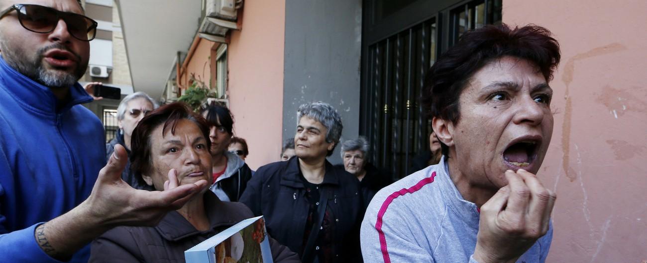 """Casal Bruciato, Virginia Raggi in visita alla famiglia rom assediata: """"Mafiosa, schifosa, buffona. Portali a casa tua"""""""
