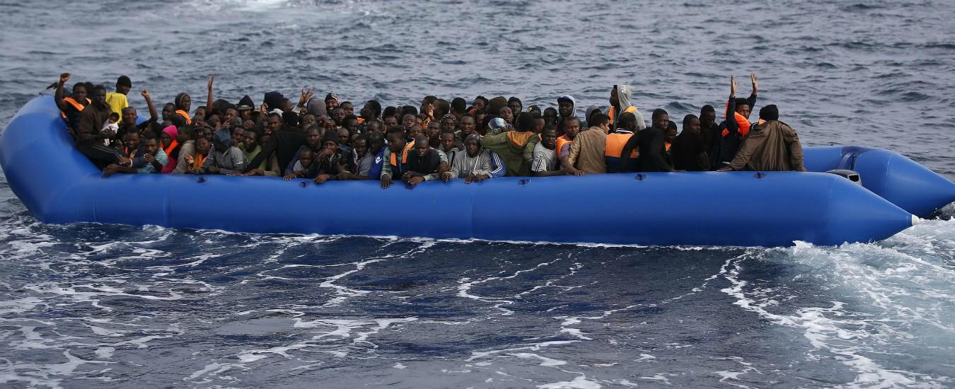 """Migranti, Seawatch: """"80 su un gommone in pericolo, la marina italiana non interviene"""". Soccorsi dai libici"""