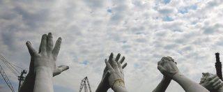 Una Biennale mostruosa tra mani, stracci e filo spinato