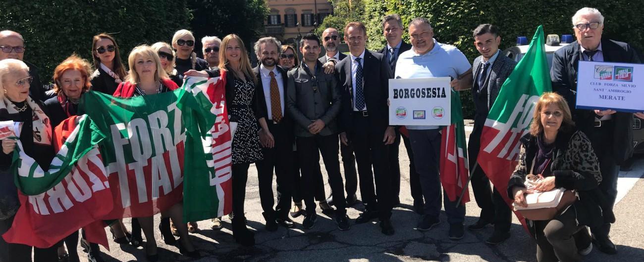 """Forza Italia, il gruppo di """"Seniores"""" protesta ad Arcore: """"Partito in caduta, Berlusconi ci ascolti. Basta cerchio magico"""""""