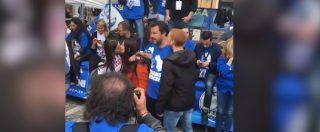 Salvini nella trappola del finto selfie: due ragazze si baciano e un ragazzo tenta di baciarlo. E il ministro reagisce così