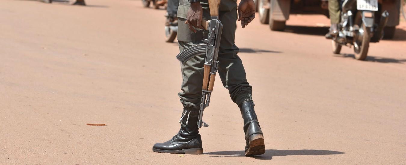 Burkina Faso, attentato jihadista a una chiesa cristiana: uccisi 5 fedeli e il sacerdote. Secondo attacco in 15 giorni