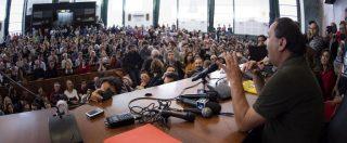 Roma, Mimmo Lucano accolto da migliaia di studenti a La Sapienza. Corteo di Forza Nuova a distanza: schiaffi a un ragazzo