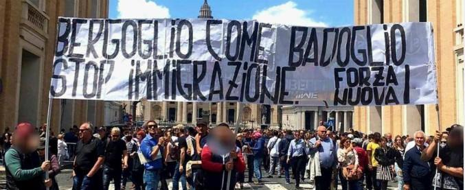 """Forza Nuova, striscione contro Papa Francesco: """"Bergoglio come Badoglio"""". Altri attacchi a Mimmo Lucano e giudici"""