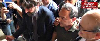 Mimmo Lucano, migliaia in sala per il suo arrivo alla Sapienza: cori e applausi per il sindaco sospeso