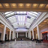 L'interno del Bozar, la hall che porta alle sale dell'esposizione.