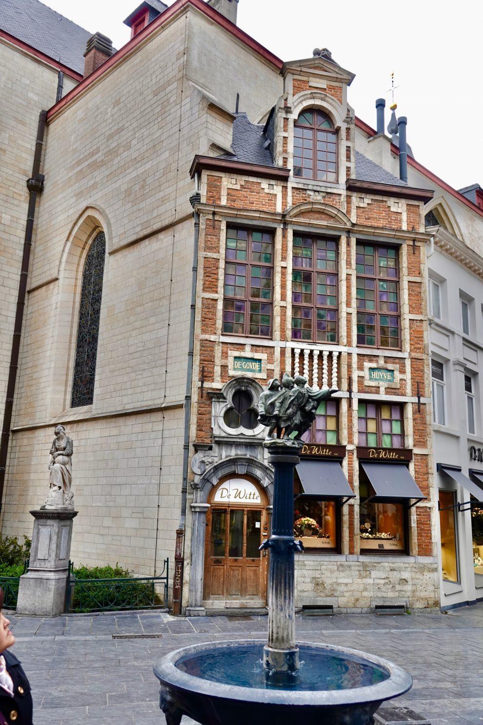 Una delle fontane in bronzo  sparse a Bruxelles, omaggio al maestro.