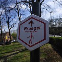 """I cartelli che indicano il """"Sentiero di Bruegel"""" un percorso nella campagna fiamminga disseminato di opere moderne omaggio al maestro"""