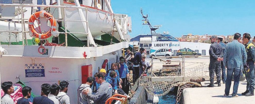 Stop al Viminale: la nave Mar Jonio sequestrata a metà