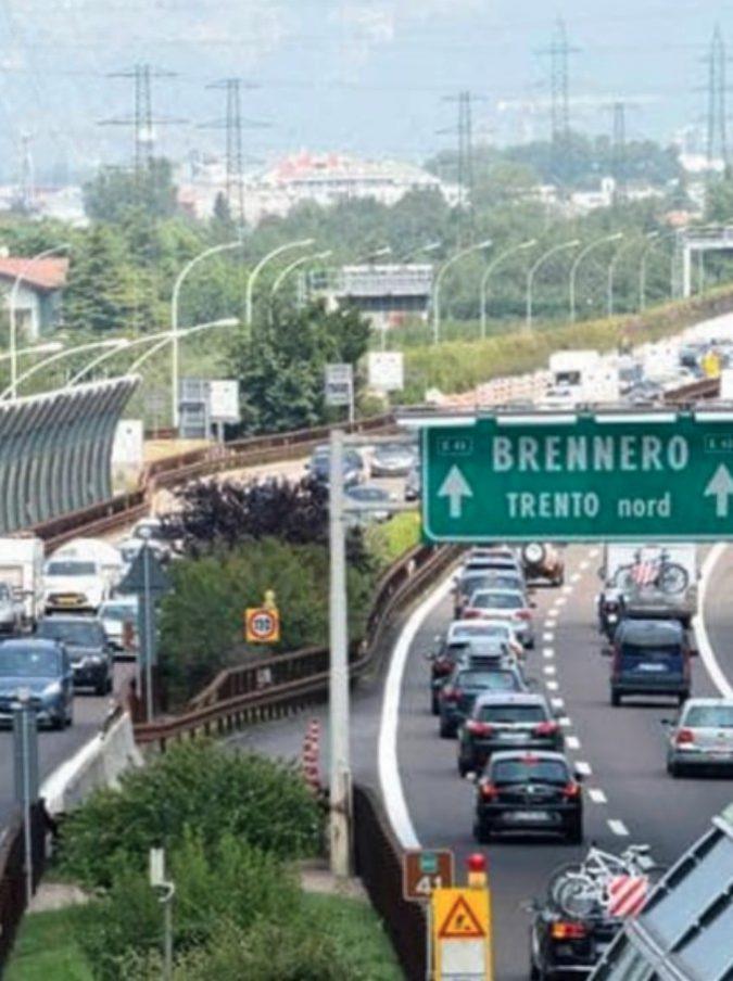 Corre nudo in autostrada tra Chiusa e Bolzano: arriva la polizia e cerca di calmarlo