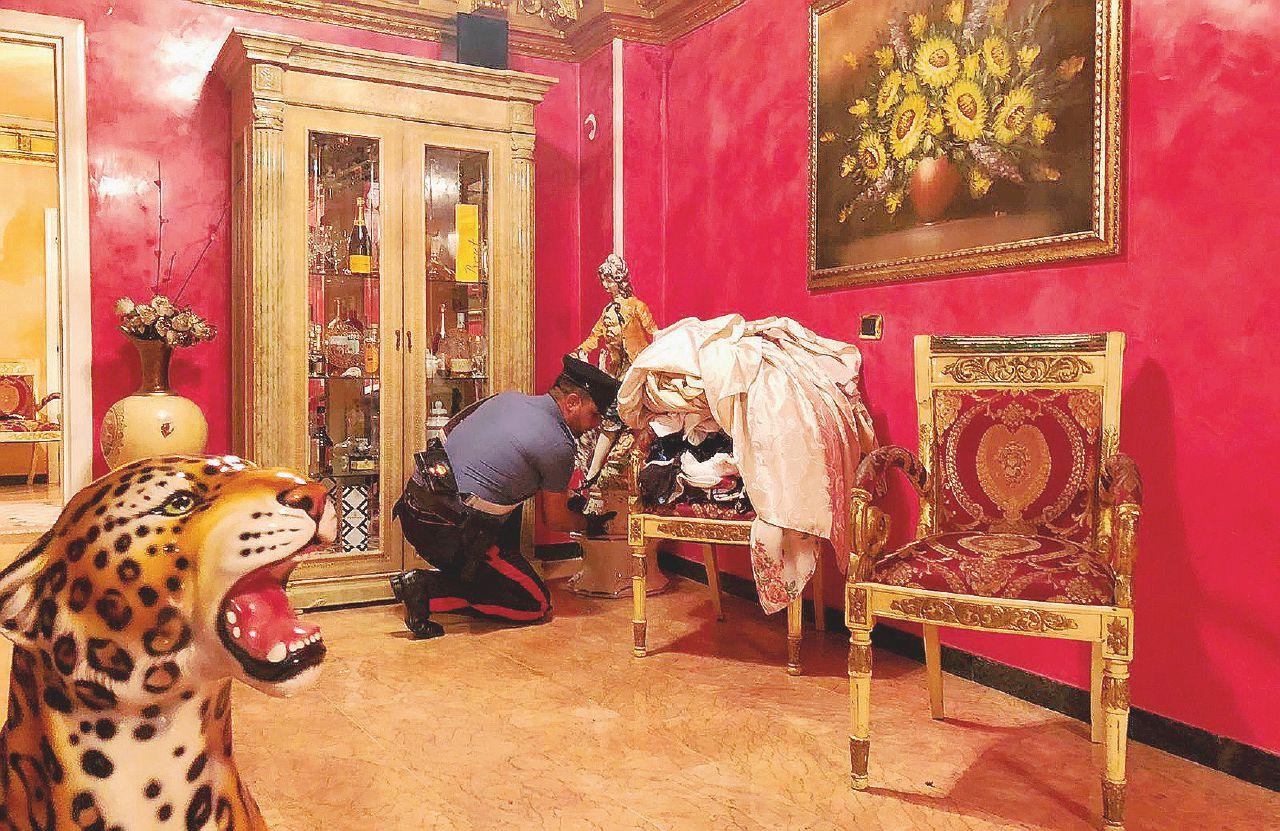 Gioielli e una cappella funeraria: sequestro da un milione e mezzo al clan Casamonica