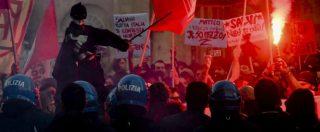 Napoli, scontri tra Polizia e manifestanti anti-Salvini davanti alla Prefettura. Un agente rimasto ferito