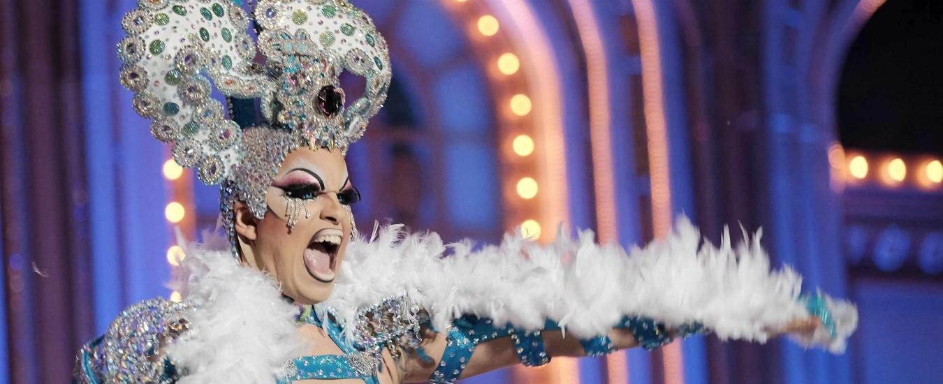 """Alessandria, drag queen leggono libri ai bimbi durante il Pride: sindaco della Lega dà il patrocinio. """"Ognuno sia libero"""""""