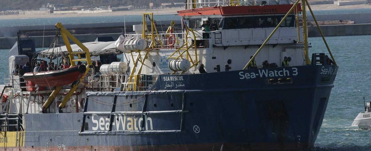"""Sea Watch 3, il Viminale dà l'ok a sbarco di donne e bambini: """"Scendono in 18 su 65"""". Procura Agrigento apre inchiesta"""