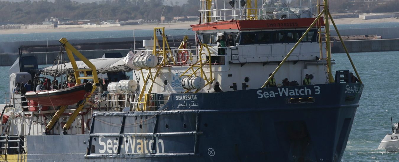 """Sea Watch 3 è a un miglio da Lampedusa: """"Migranti parlano di suicidio"""". Viminale: """"Porti chiusi"""". Di Maio: """"Sento Conte"""""""