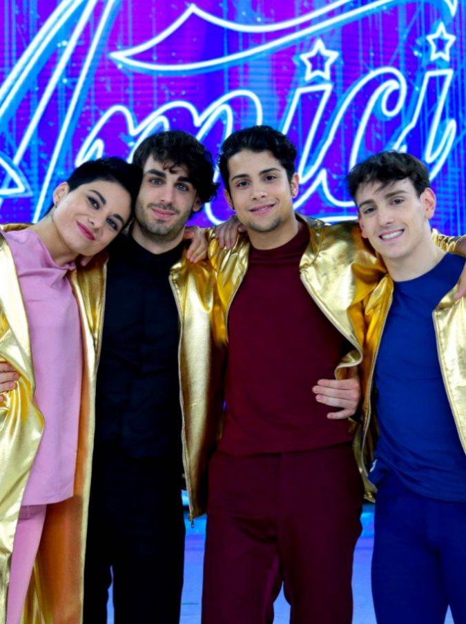 Amici 2019, Giordana, Alberto, Rafael e Vincenzo. Baci gay mentre canta Renato Zero e la battuta sottovoce di Loredana Berté a Romina Power