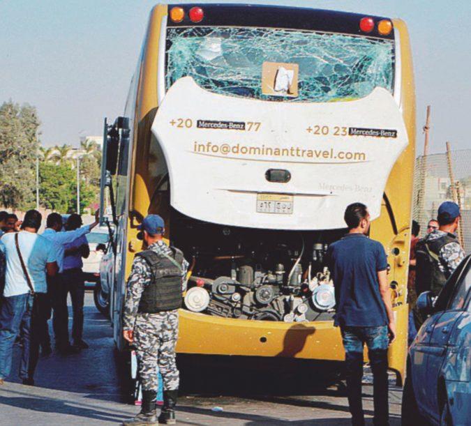 Bomba contro mezzo turistico: 17 i feriti