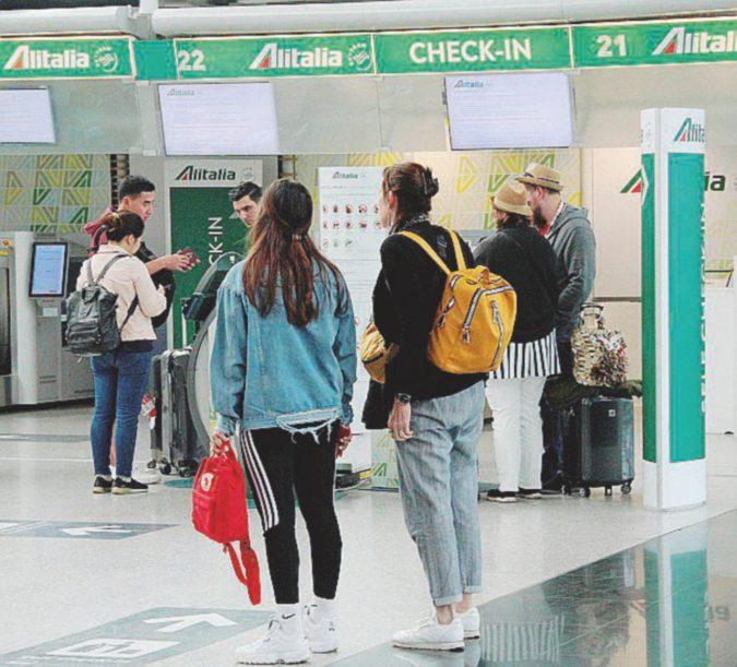 C'è lo sciopero, Alitalia cancella metà dei voli