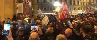 Firenze, protestano in duemila contro Salvini: tensione in piazza e cariche della polizia. Le immagini