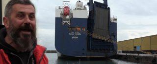 """Genova, lo sciopero dei portuali blocca la nave saudita carica di armi: """"Da qui non ripartono"""". Fumogeni contro il cargo"""