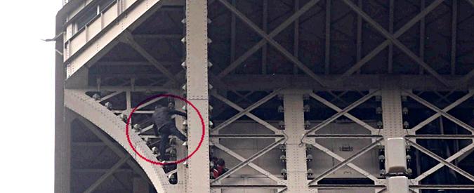 Parigi, scala la Torre Eiffel a mani nude e minaccia il suicidio ...