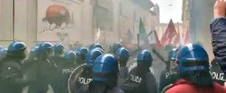 Forza Nuova, contestazioni prima del comizio di Fiore a Bologna: polizia carica il corteo dei collettivi