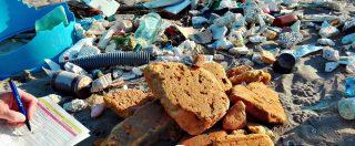 Rifiuti, ogni passo sulle nostre spiagge ne incontriamo più di cinque: l'81% è di plastica, tra bottiglie, bicchieri e cotton fioc