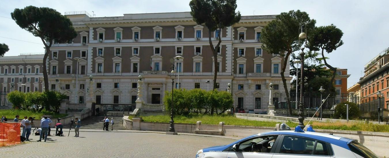 """""""Corruzione per rilasciare cittadinanza"""" a Roma: 6 arresti, 19 indagati. Al vertice del sistema una dipendente del Viminale"""