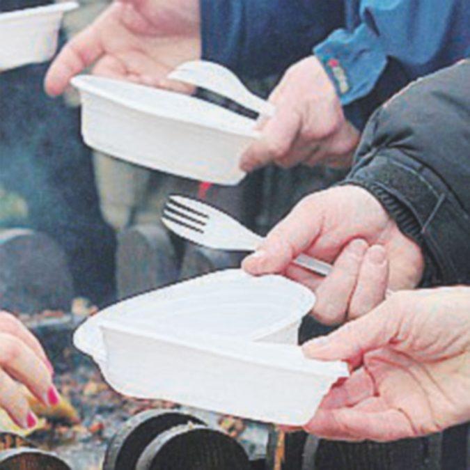 Dal 2021 saranno vietati posate e piatti di plastica. Ma non i bicchieri