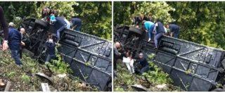 Siena, bus si ribalta in una scarpata: i turisti aiutati a uscire dal pullman capovolto. Le immagini
