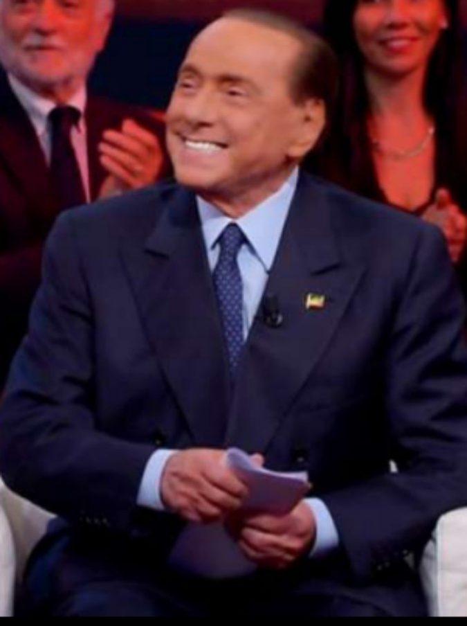 """Silvio Berlusconi, il fuorionda """"piccante"""" a Quarta Repubblica: """"Me ne facevo sei per notte, adesso non ci crederete…"""""""