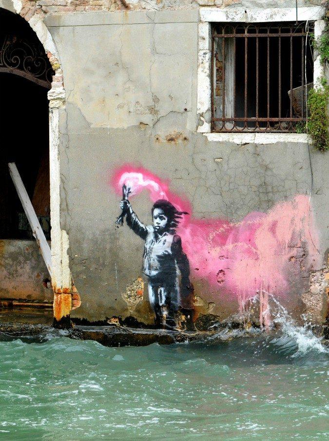 Banksy porta dipinto in piazza a Venezia. I vigili non lo riconoscono e lo cacciano perché era senza permesso di vendita