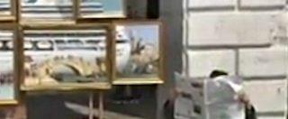 Venezia, l'artista Banksy espone le sue tele in strada ma viene allontanato dalla Polizia locale. E lui pubblica il video