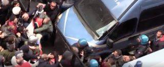 Genova, antifascisti contro il presidio di Casapound. Tre feriti e due fermati negli scontri con la polizia