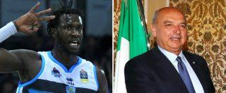 Basket, sindaco di Trieste fa il dito medio al giocatore sudanese di Cremona. E non si scusa: 'Ho creato pressione e si è vinto'