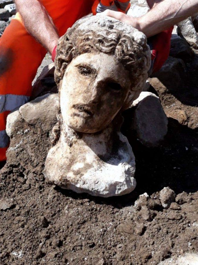 Roma, ritrovata statua di una divinità durante gli scavi sotto il Campidoglio