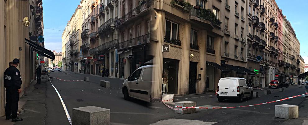 """Lione, pacco bomba con """"chiodi e bulloni"""" esplode in una via del centro: dieci feriti. Si cerca un uomo in bicicletta"""
