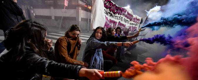 Polizia e italiani accusati di aggressioni sessiste? I politici di destra reagiscono con l'omertà