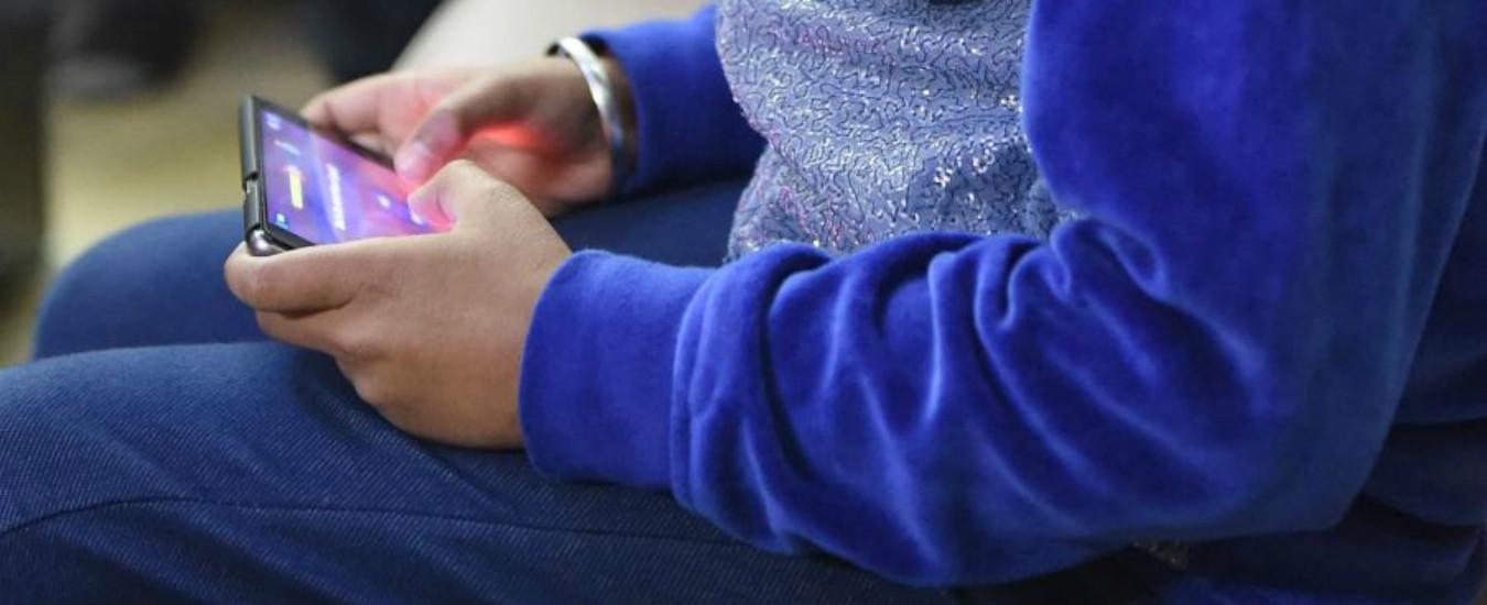 Adolescenti, fino a 6 ore al giorno attaccati allo smartphone e dipendenti dalle notifiche