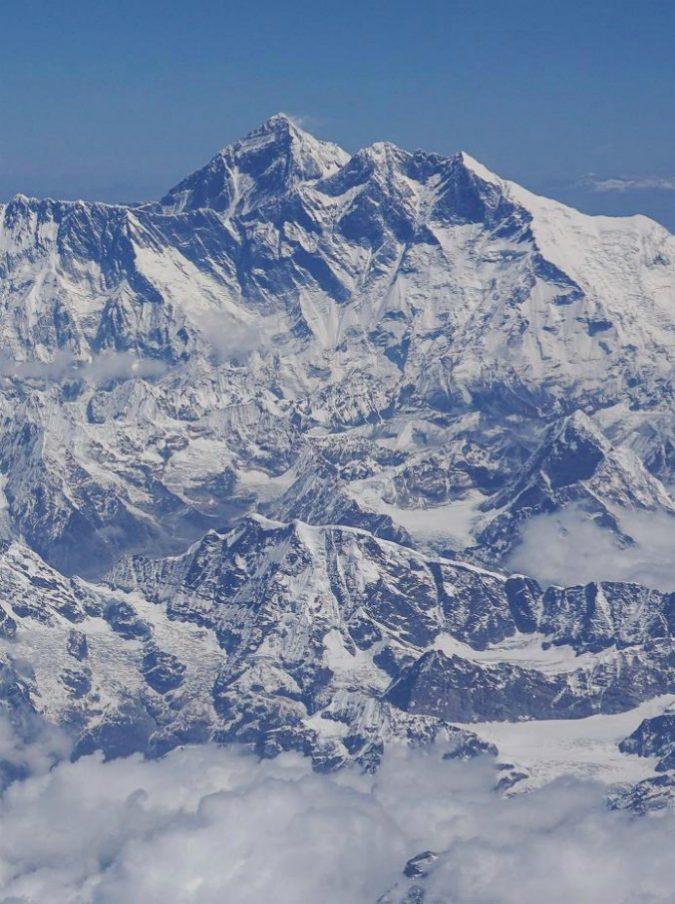 Everest sovraffollato: morti dieci alpinisti in una settimana, ore di coda per scalare la vetta più alta del mondo