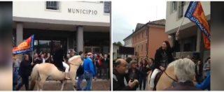 """Treviso, la neo sindaca (Lega) a cavallo in municipio sventola la bandiera col Leone di San Marco: """"Autonomia subito"""""""