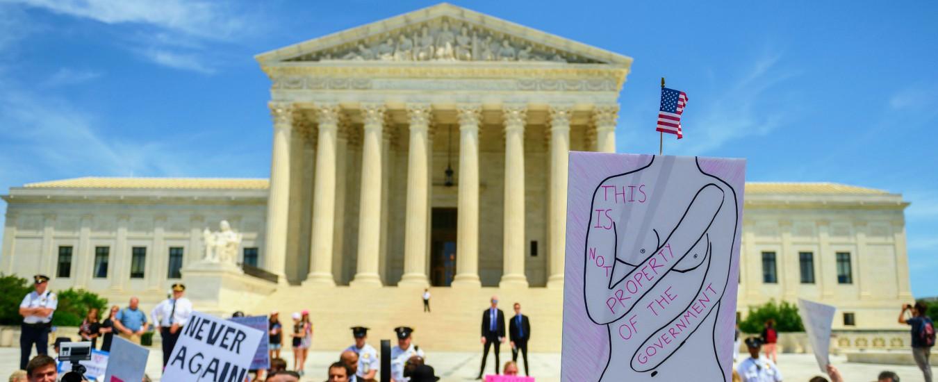 Aborto, posizione a metà della Corte suprema Usa: sepoltura del feto è legale. Trans, diritto studenti a scegliere bagno