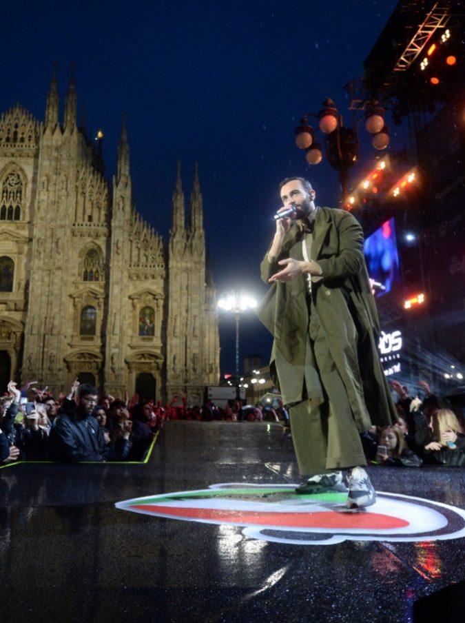 """Radio Italia Live, la pioggia non scoraggia i 20mila di Piazza Duomo. Piccolo incidente per Gabbani, la Berté si """"dimentica"""" la terza canzone"""