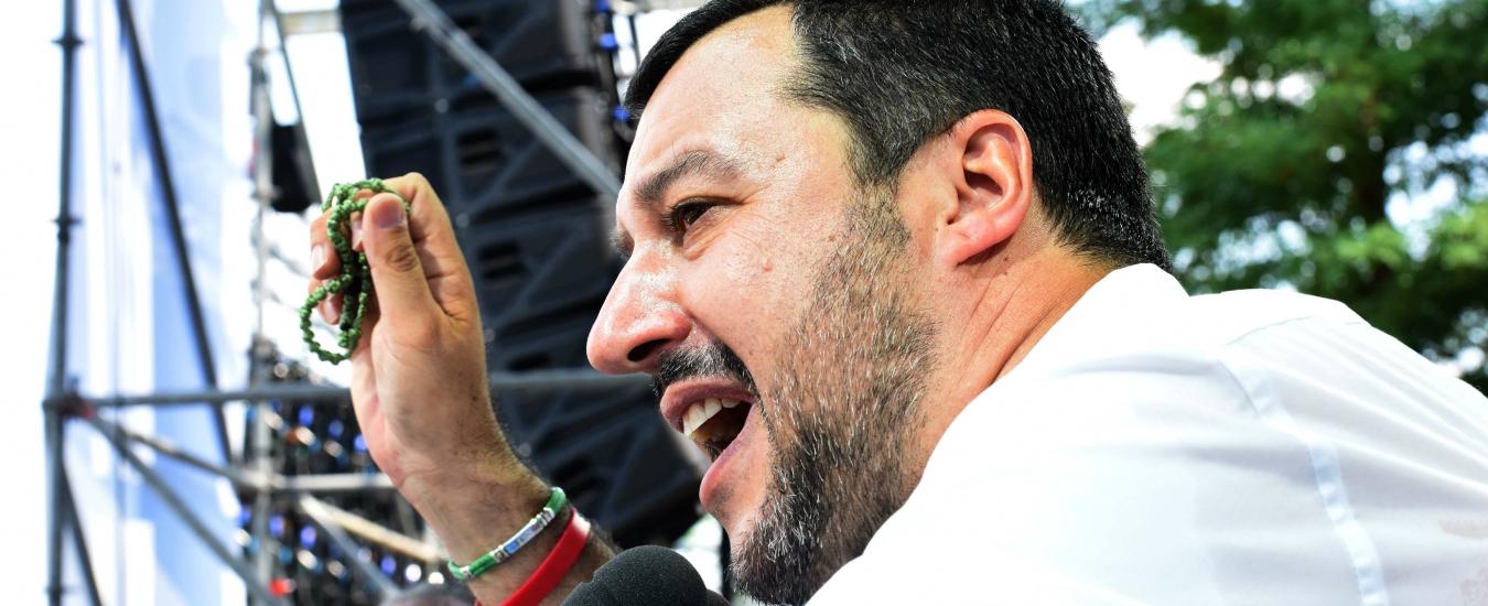 Salvini mostra il rosario per darci un'identità. Ma la fede non c'entra (più) nulla