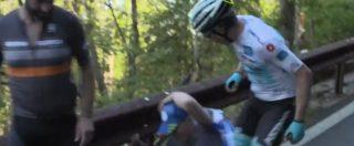 Giro d'Italia, Miguel Ángel López cade per colpa di un 'tifoso': il colombiano si rialza e lo schiaffeggia