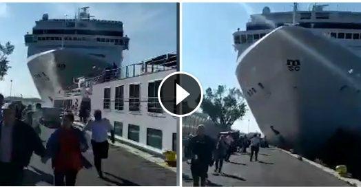 Venezia, nave da crociera si scontra contro battello: la fuga dei turisti e il momento dell'impatto.